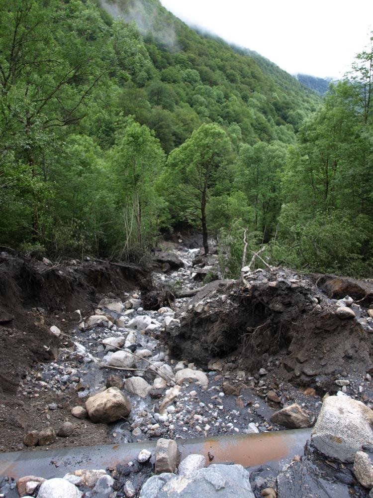 Crue du 2 juin 2017 à Aulus les Bains - Dégats au-dessous de la route du Col d'Agnes près du Plateau d'Agnesserre